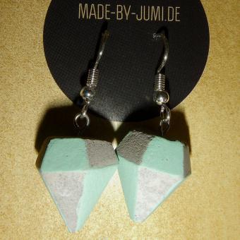 Beton-Ohrhänger in Diamantform, grün-kreidefarbene Details