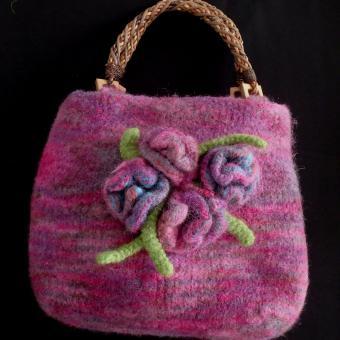 Gefilzte Handtasche mit Blumen violett