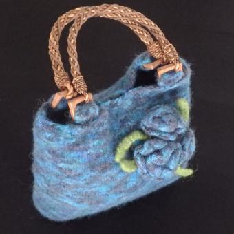 Gefilzte Handtasche mit Blumen blau (klein)
